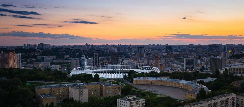 utsikt över en stad i solnedgången