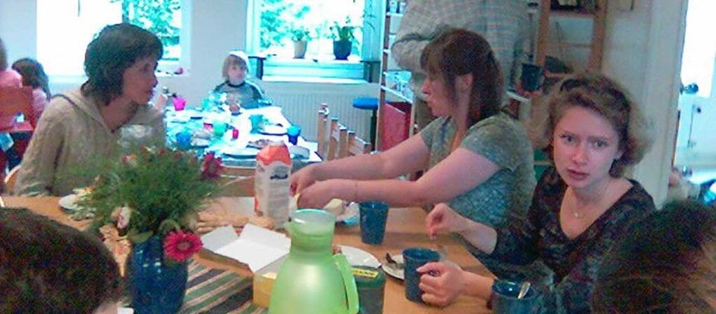människor som fikar vid ett bord