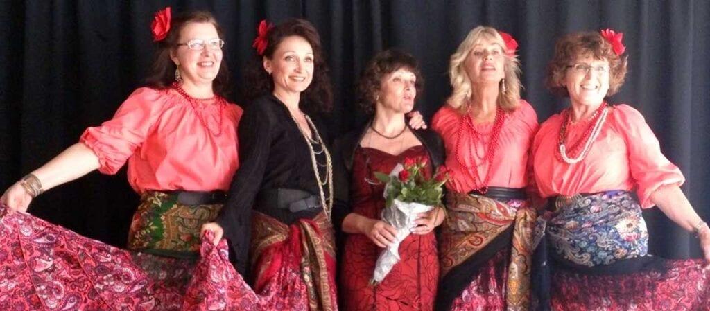 fem kvinnor som står bredvid varandra på en scen och ler