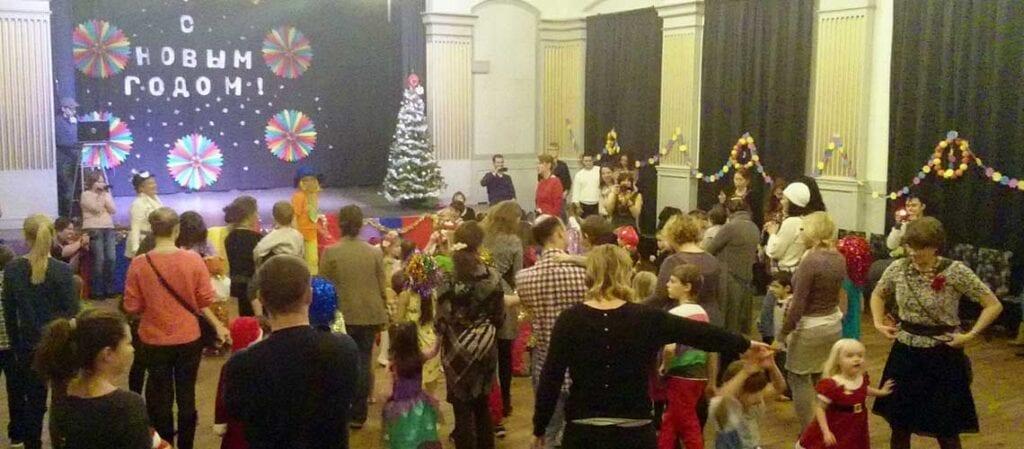 barn och vuxna på golvet framför en scen