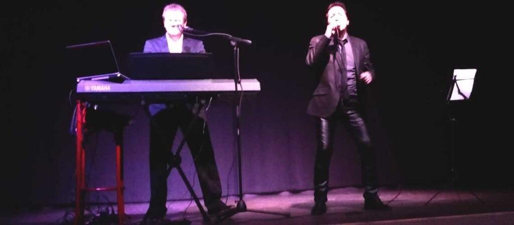 två artister på en scen