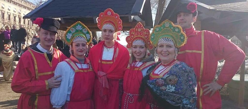 grupp klädd i ryska folkdräkter