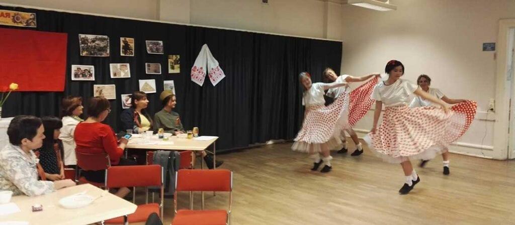 fyra dansare och publik