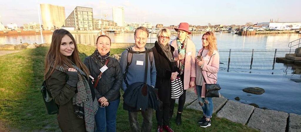 en grupp leende människor i en hamn