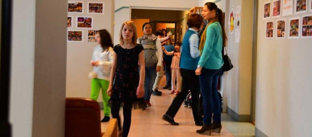människor som går i en korridor