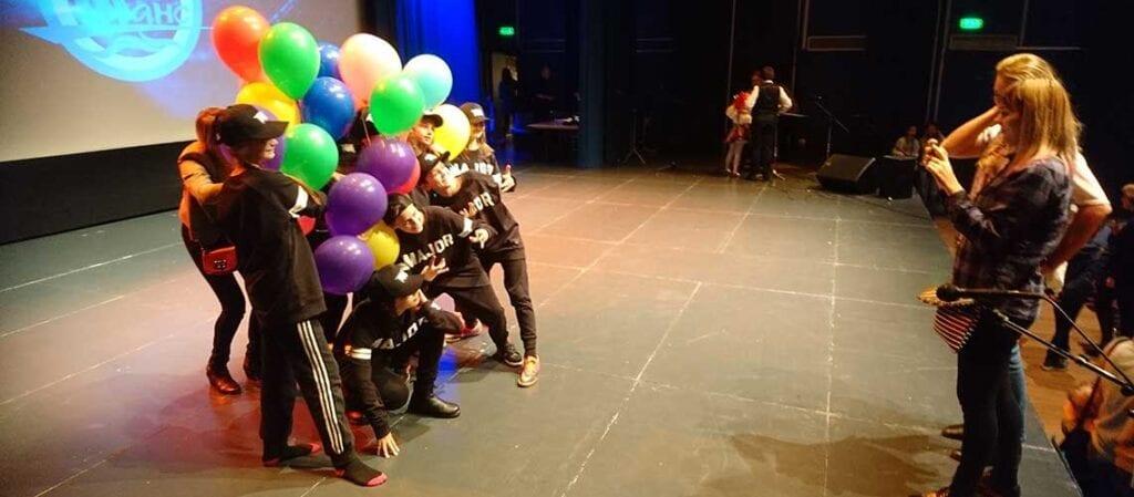 barn med ballonger som blir fotograferade