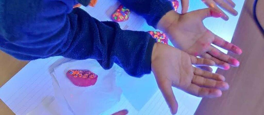 barnhänder och färg