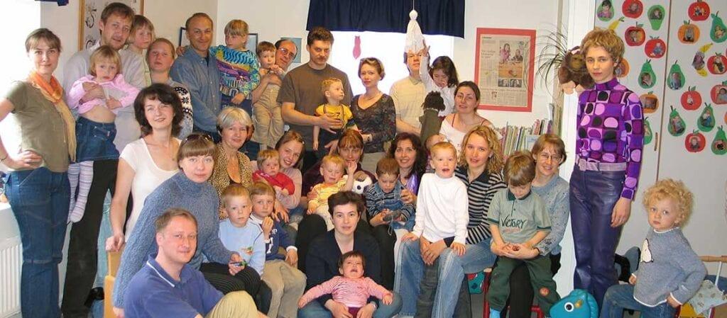 en grupp vuxna och barn