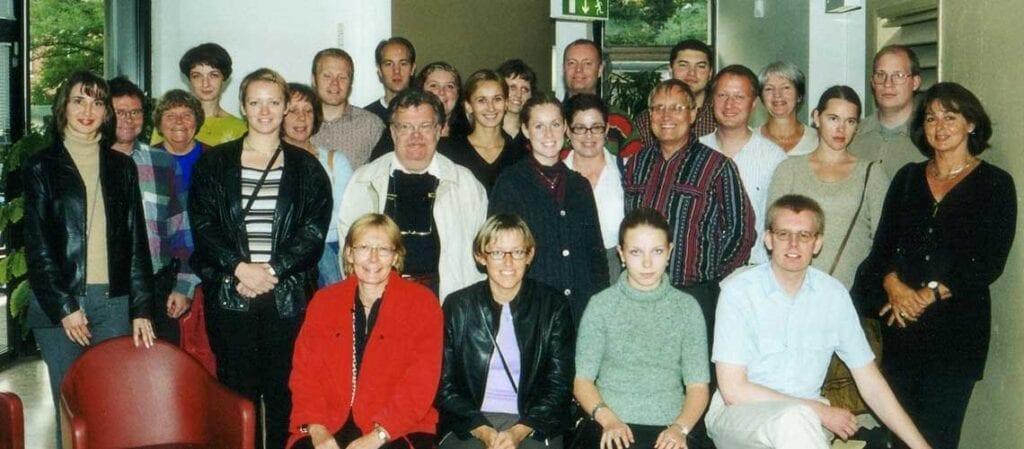 gruppfoto med stående och sittande människor