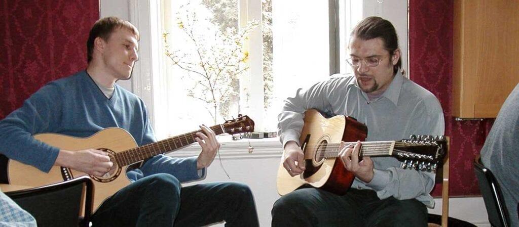 två gitarrister och sångare