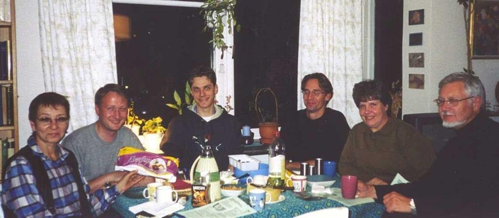 sex personer kring ett bord
