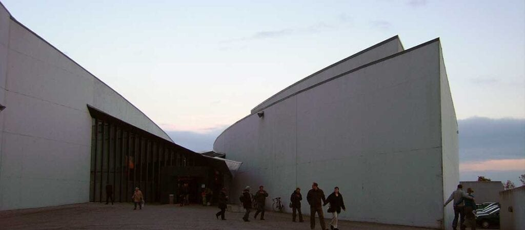modern museibyggnad sett utifrån
