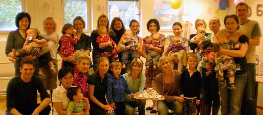 gruppfoto med vuxna och barn inomhus