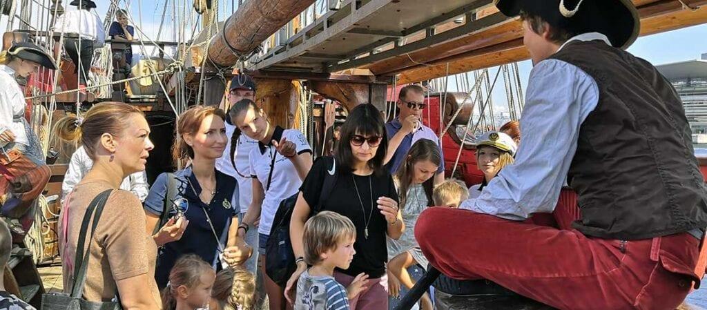 vuxna och barn ombord på ett fartyg