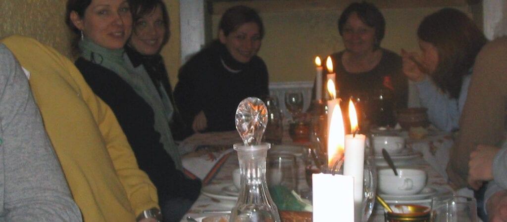 människor kring ett matbord