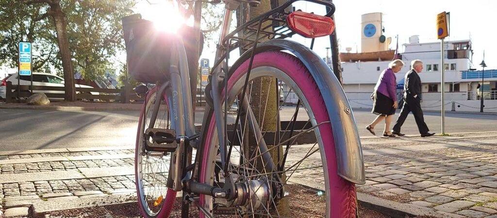 велосипед с розовыми шинами