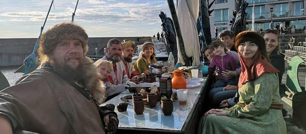 människor vid ett bord ombord på ett skepp