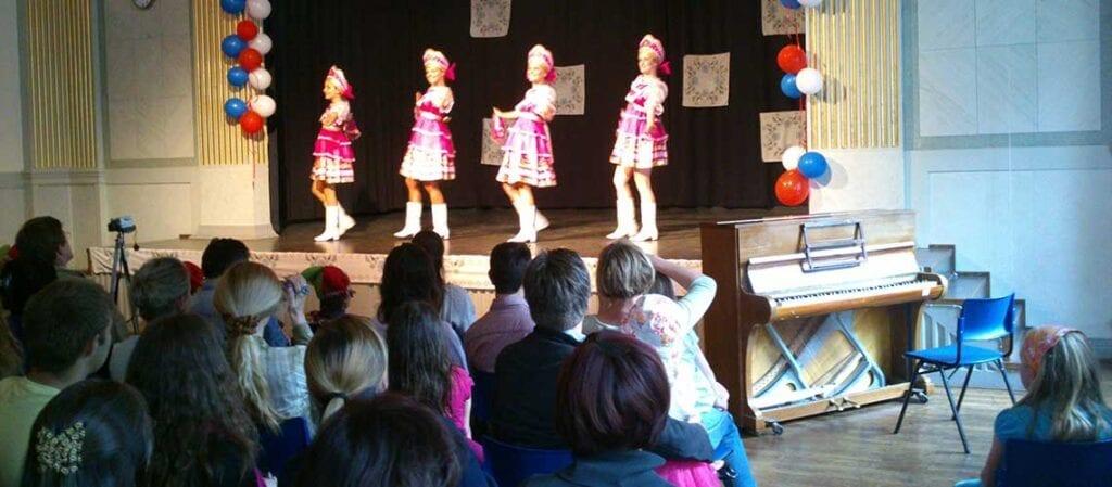 dansare på scen framför publik