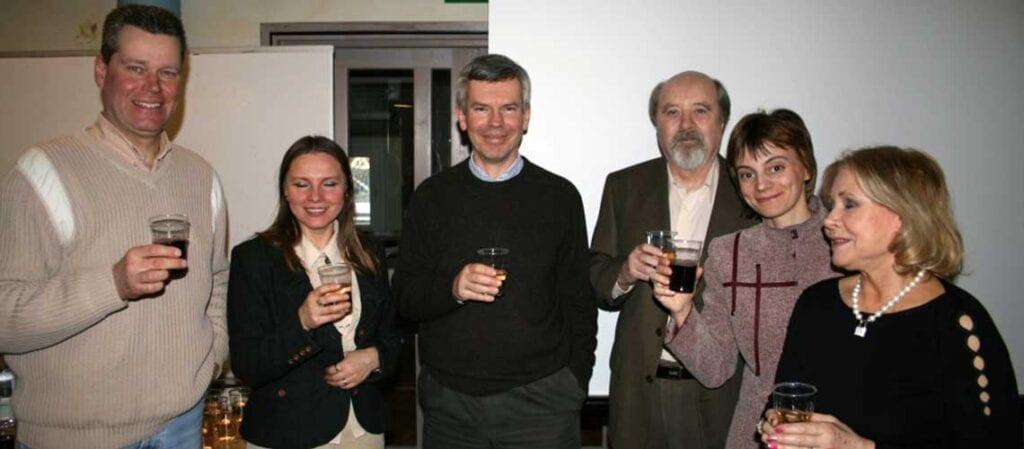 sex personer står med varsitt glas i handen