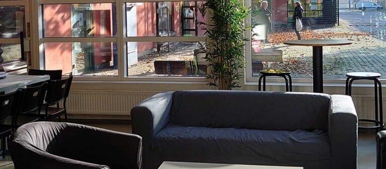 пустые диваны и кресла